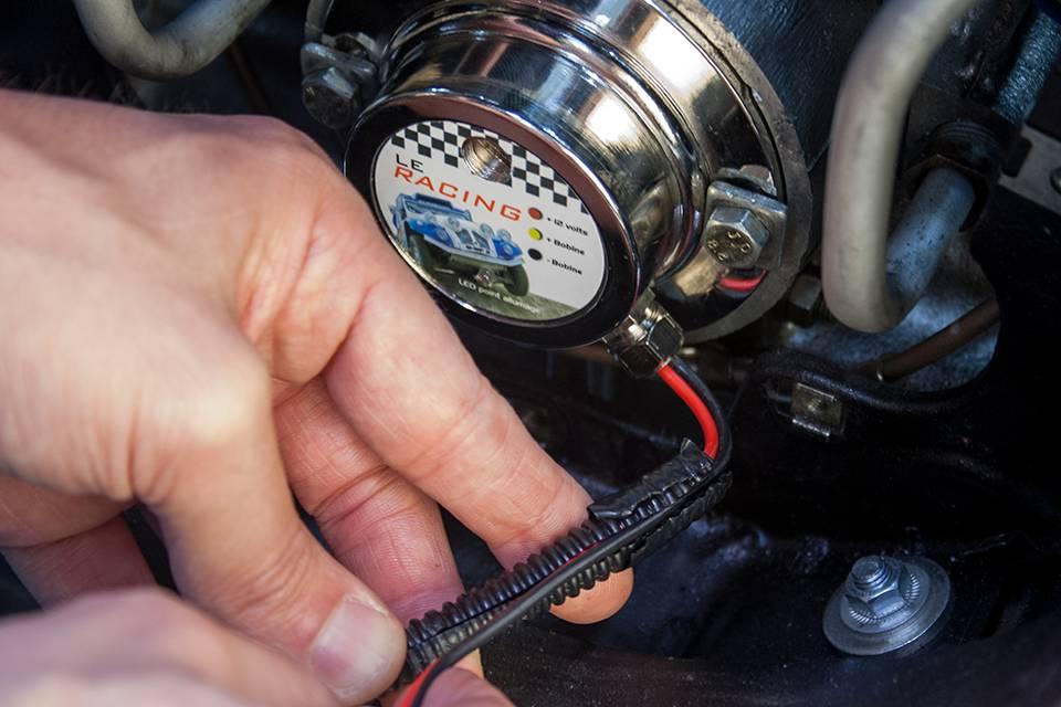 Insérez les câbles de l'allumage électronique dans une gaine de protection électrique.