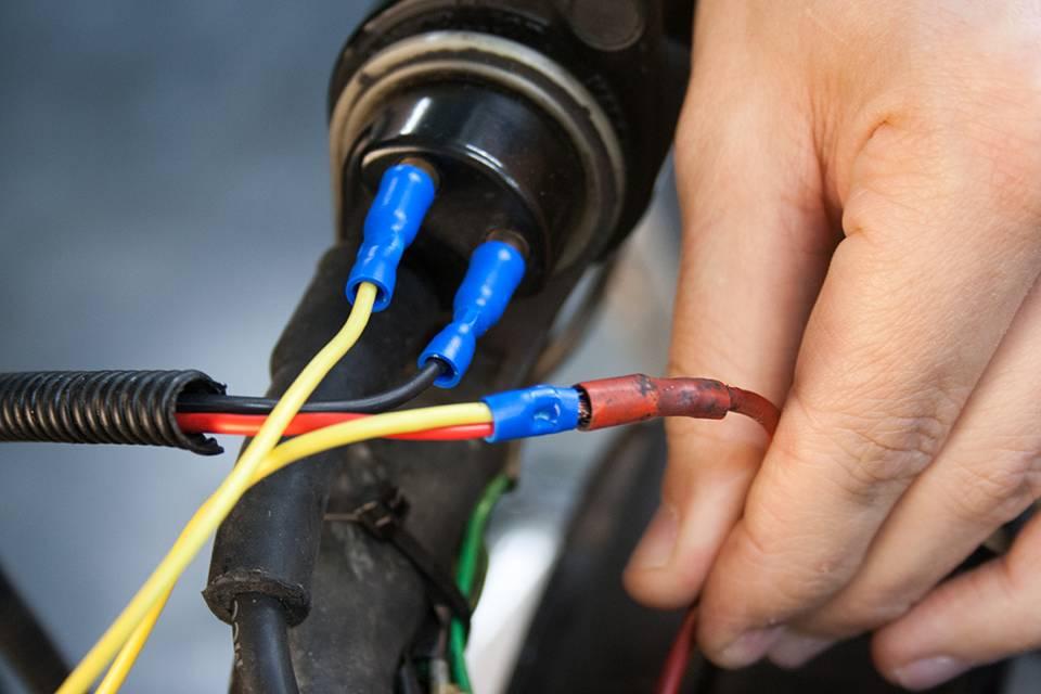Enfin, branchez la cosse mâle sertie sur l'épissure formée par les fils rouge et jaune sur votre circuit du « + » après contact.