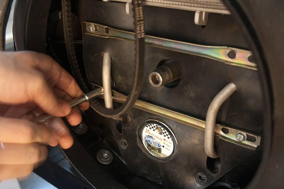 Retirez la vis de ventilateur précédemment monté, posez la bavette de protection ajourée.