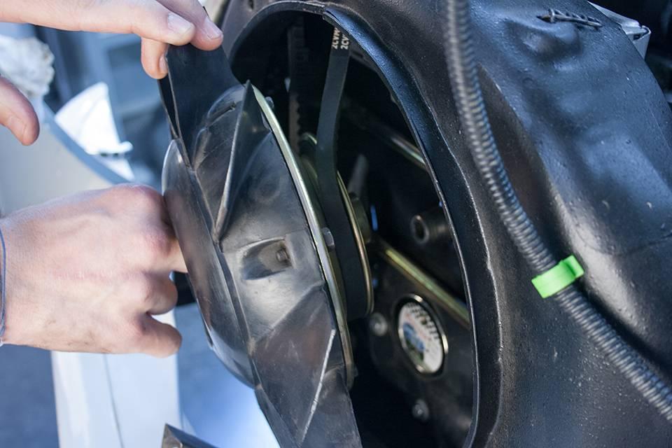Posez la poulie avec son ventilateur en prenant soin de bien positionner la courroie de l'alternateur.