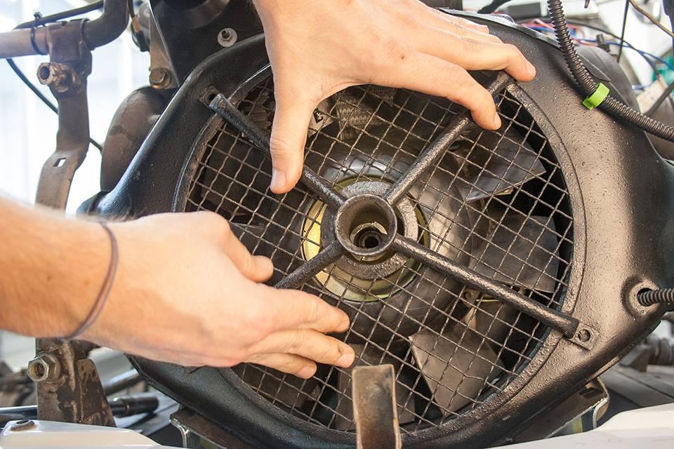 Remontez la grille de protection de l'hélice du ventilateur.
