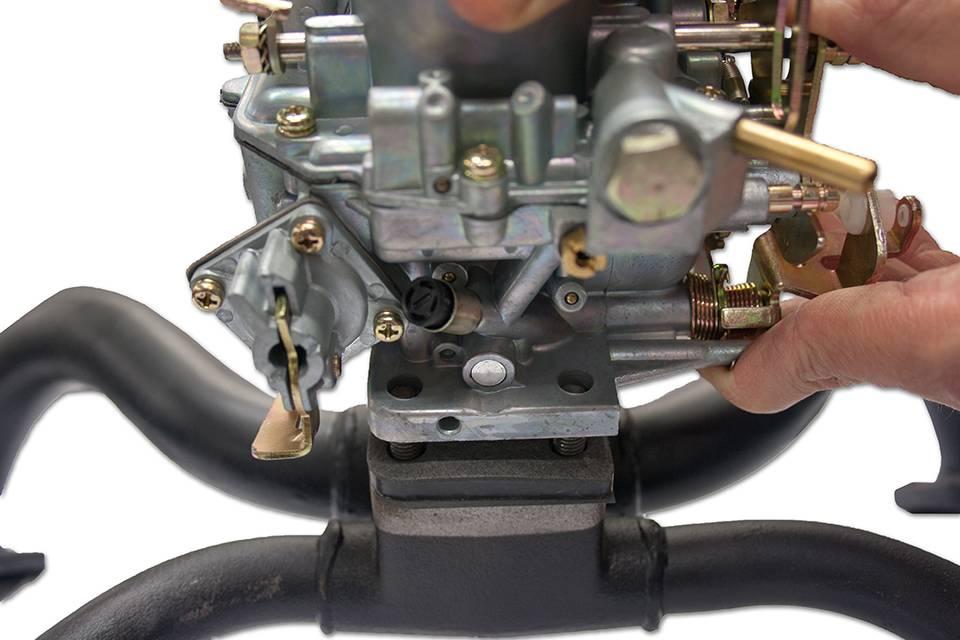 Posez le carburateur en prenant soin de respecter sa position, déterminée par l'angle à 90°de l'embase.