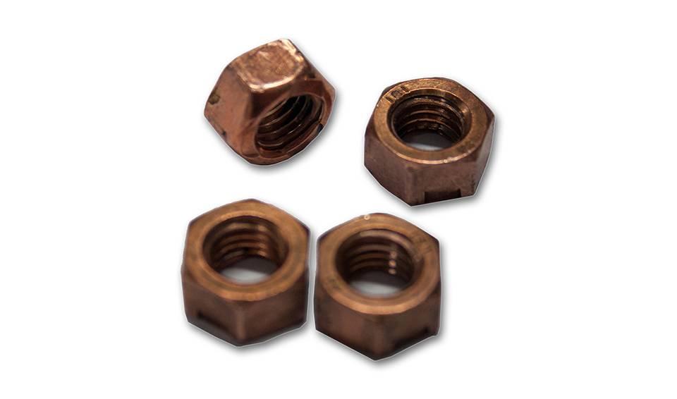 A l'aide de 4 écrous de diamètre 8mm, commencez par fixer la partie avant de votre carburateur avec une clé plate de 12mm (photo suivante).