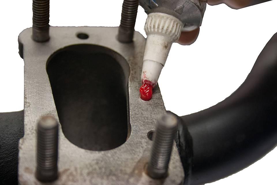 Appliquez de la pâte à joint sur la tubulure d'admission (photo 6) de manière uniforme et sur la surface totale de cette dernière.