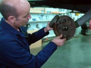 Comment monter des freins arrières à l'aide de centreurs concentriques  2CV / MEHARI ?